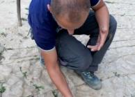 Vezetőnk, Haris rámutat a Hold piramis köveire. A kutatók szerint nem természetes erózió okozta a repedéseket.