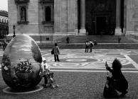 A Bazilika előtt
