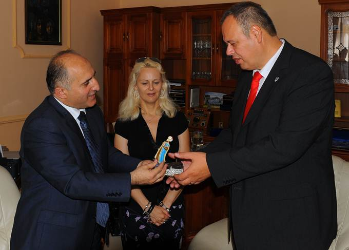 Tavaly novemberben Ankarában írták alá azt a megállapodást, amelyben a török kormány több mint kétmillió euró támogatást biztosít Szigetvár oszmán emlékeinek a rekonstrukciójára, illetve Szulejmán nyomainak a kutatásához. Amegállapodást magyar részről Kolovics János szigetvári polgármester írta alá.