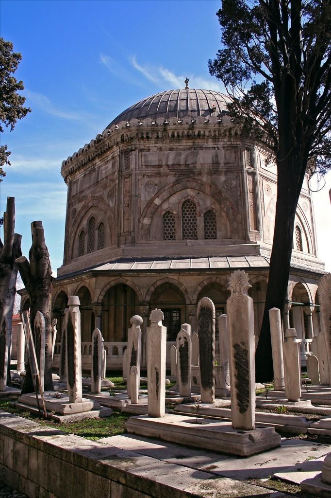 A padisah testét Szigetvár alól Isztambulba vitték, és a kor híres építésze, a Szinán pasa által emelt díszes türbében helyezték örök nyugalomra. Valószínű, hogy a szultán szigetvári türbéje hasonló volt az isztambuli síremlékéhez.