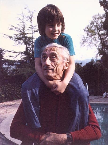 Két generáció. A négyéves Fabien nagyapja, Jacques Cousteau kapitány nyakában.